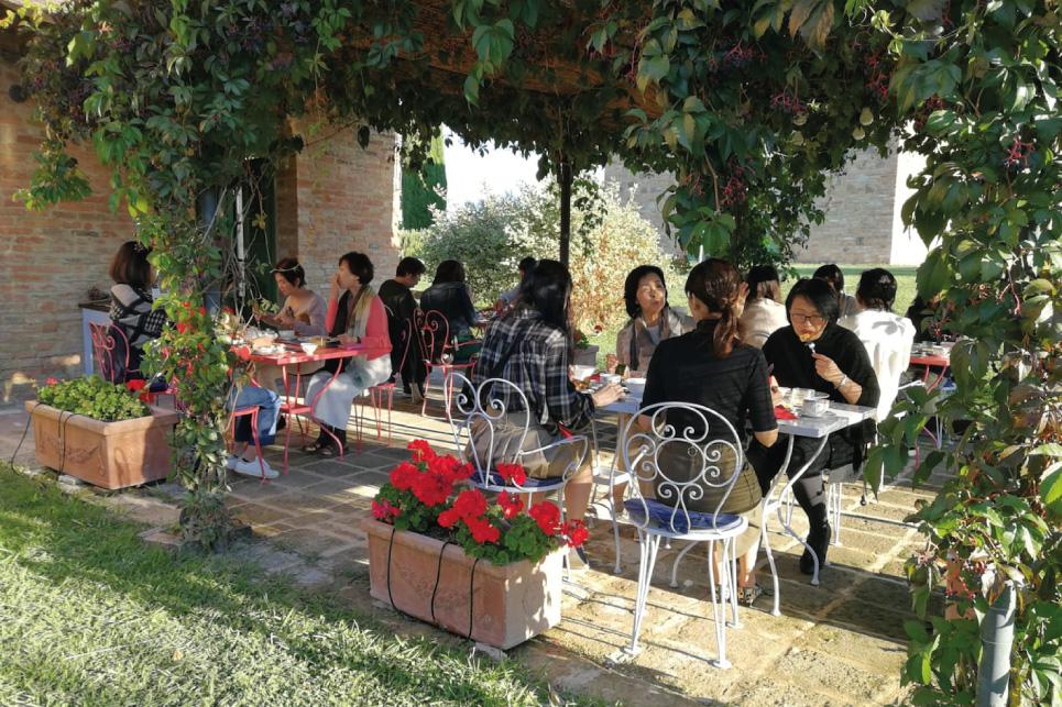 colazione in giardino agriturismo toscana